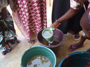 Formation en savonnerie à la Maison de la Femme : Etape du dosage des ingrédients (soude, beurre de karité, huile de coco, silicate de sodium et parfum)